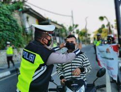Cegah Peningkatan Covid, Kapolres Manggarai Barat Turun ke Jalan Bagi Masker gratis kepada Pengendara