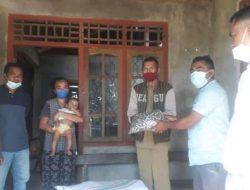 Julie Sutrisno Laiskodat Bagikan Ratusan Paket Ikan Kering dan Masker di Desa Kanganara